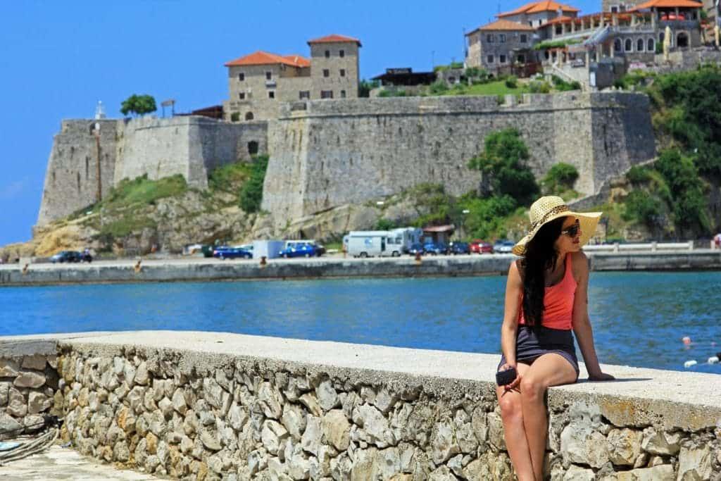 туристка в Черногории